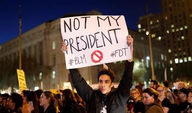 أمريكيون يتظاهرون في ولاية فرجينيا لإحياء ذكرى أحداث عنف عنصرية