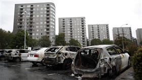 مجهولون يحرقون 100 سيارة بالسويد