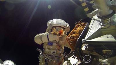 خروج رائدي فضاء روسيين إلى الفضاء المفتوح