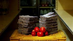 فقط في فنزويلا.. كومة أموال لا تشتري سوى «دجاجة»!