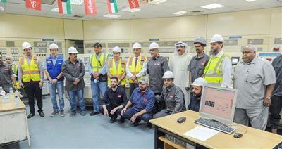 الوزير بخيت الرشيدي خلال الجولة التفقدية لمحطة الدوحة الشرقية ولقائه مع العاملين بغرفة التحكم الحراري