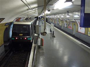 مترو باريس يختبر نظاماً جديداً لتلقي شكاوى السياح الذين تعرضوا للسرقة