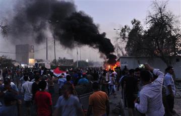 العراق: مئات المحتجين يشتبكون مع قوات الأمن في البصرة.. ويحاولون اقتحام مقر المحافظة