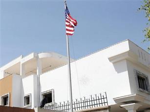 سقوط قذيفة بالقرب من السفارة الأمريكية بليبيا.. واشتعال نيران هائلة بمحيطها