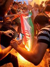 متظاهرون يحرقون العلم الإيراني
