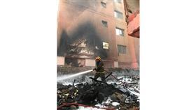 إخماد حريق أثاث في عمارة مهجورة بمنطقة حولي