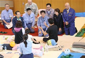 رئيس وزراء اليابان يتفقد الأضرار في جزيرة هوكايدو بعد أن ضربها الزلزال