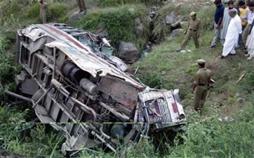 51 قتيلا إثر سقوط حافلة في وادٍ في الهند