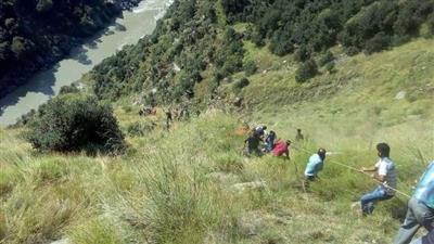 ارتفاع حصيلة ضحايا سقوط حافلة في الهند لـ 17 قتيلاً
