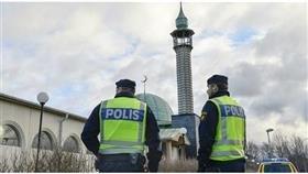 شرطيان سويديان أمام أحد المساجد