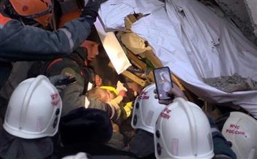 انتشال رضيع حيًّا من تحت أنقاض مبنى منهار في روسيا