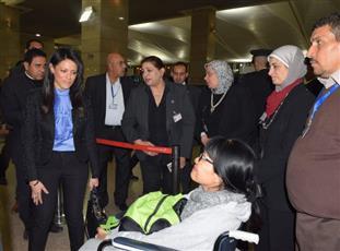 وزيرة السياحة المصرية تودع مجموعة من الفيتناميين الذين أصيبوا في حادث انفجار أتوبيس بالجيزة