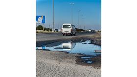الحفر وتطاير الحصى أبرز آثار الأمطار الغزيرة على بنية الطرق في البلاد