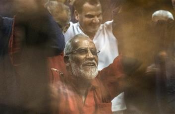 مصر: براءة مرشد الإخوان وقيادات بالجماعة في قضية «أحداث مسجد الاستقامة»