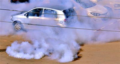 الشرطة السودانية تطلق الغاز المسيل للدموع على المتظاهرين بأم درمان