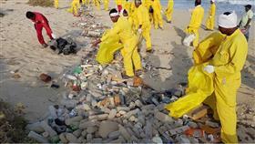 فريق الغوص يرفع 4 اطنان مخلفات من «ساحل الزور»