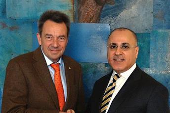 السفير الغنيم يسلم مدير الصليب الأحمر شيكاً بـ3 ملايين دولار لدعم برامج اللجنة الخاصة باللاجئين السوريين