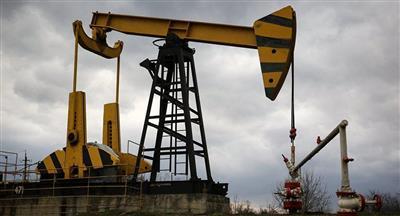 العقوبات على فنزويلا ترفع أسعار النفط والآفاق الاقتصادية تضغط على السوق