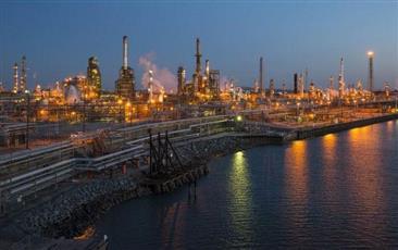انخفاض مفاجئ في مخزونات الخام الأمريكية يدفع النفط للصعود