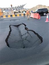 هبوط أرضي مفاجئ في طريق الدائري السادس مقابل ستاد جابر الدولي