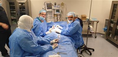 الفريق الطبي يجري احد العمليات الجراحية