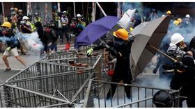عشرات الآلاف يتظاهرون في تحد لحظر الأقنعة في هونج كونج