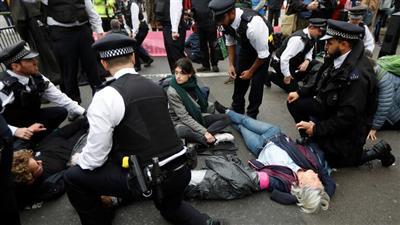 الشرطة البريطانية تقبض على 135 من نشطاء مكافحة تغير المناخ