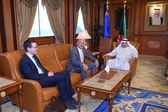 وزير الداخلية خلال لقائه مع السفير هنري بيرسون