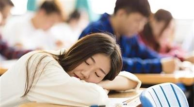قلة النوم أخطر على صحة الفتيات من مواقع التواصل