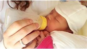5 أسباب لبقاء الرضيع يقظاً طوال الليل