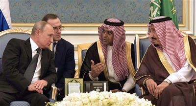 الملك سلمان خلال استقباله الرئيس الروسي في قصر اليمامة بالرياض