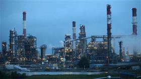 النفط يهبط بفعل خفض توقعات النمو وتضخم المخزونات الأمريكية