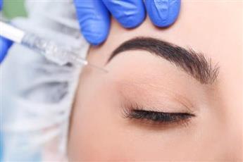 طبيب يجري عملية تجميل عيون لمريضة