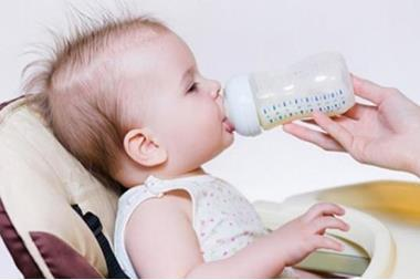 المشروبات المناسبة للأطفال بدايةً من الشهر السادس