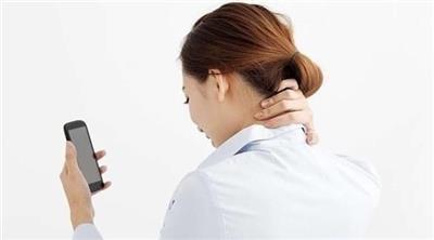 ما هي متلازمة «عنق الهاتف المحمول»؟