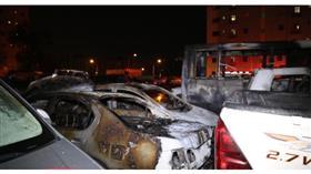 إخماد حريق اندلع في 5 مركبات وحافلة نقل ركاب متوقفة في ساحة ترابية بالفحيحيل