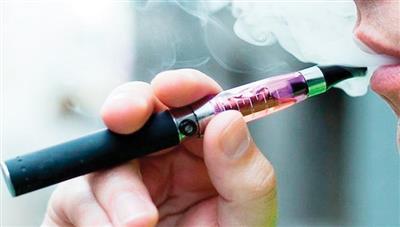 الصين تدعو الشركات لإغلاق متاجر بيع السجائر الإلكترونية على الإنترنت
