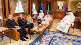 وزير الداخلية يبحث مع مسؤول عسكري بريطاني التعاون المشترك