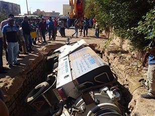 مصر.. هبوط أرضي يبتلع سيارة بشكل مفاجئ وإصابة اثنين