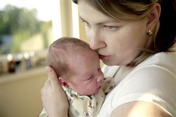دراسة: حنان الأم يحمي طفلها من البدانة