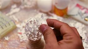 صباح أسد.. فنان كويتي يبدع في النقش على قشر البيض