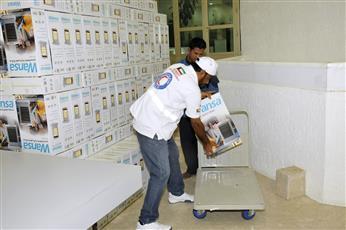 جانب من توزيع المساعدات على الاسر المحتاجة في الكويت