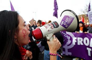 مظاهرة في بلجيكا تطالب بإنهاء العنف ضد المرأة