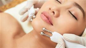 بدلاً من العمليات الجراحية.. الميكروكرنت ثورة جديدة في مجال التجميل