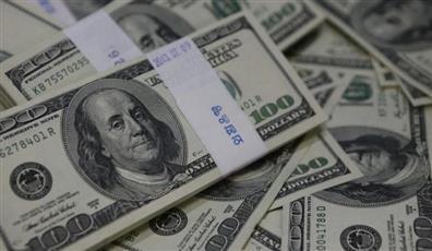 الدولار ينخفض لأدنى مستوى في أسبوعين متأثرًا ببيانات أمريكية ضعيفة ومخاوف التجارة