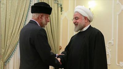 الرئيس الإيراني خلال استقباله وزير خارجية سلطنة عمان
