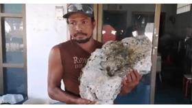 عامل نظافة محظوظ يعثر على «قيء حوت».. يزيد سعره على 714 ألف دولار