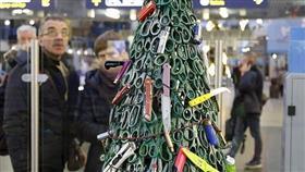 موظفون في مطار ليتوانيا يصنعون «أخطر» شجرة كريسماس