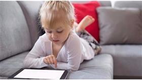 الأجهزة الإلكترونية تؤخر نمو الطفل وتُضعف مهاراته