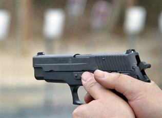 طفل في الرابعة يطلق النار على والدته الحامل